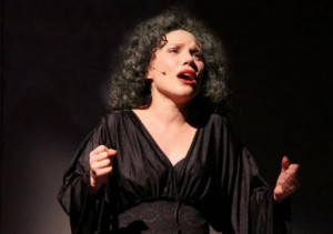 Daniela Fiorentino mentre interpreta Edith Piaf